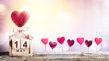 Journée des mères - Calendrier Date avec la décoration des coeurs Banque d'images