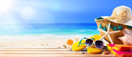 Accessori da spiaggia sulla spiaggia del ponte - Vacanze estive