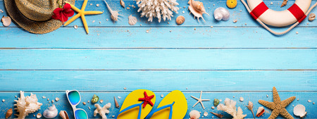 Beach Accessories On Blue Plank - Summer Holiday Banner Archivio Fotografico