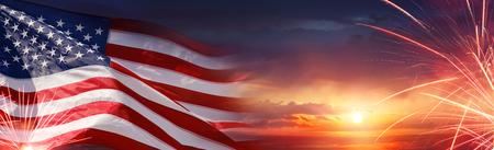 Celebrazione Americana - Bandiera Usa E Fuochi D'artificio Al Tramonto Archivio Fotografico - 79884279