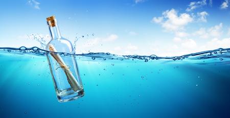 Mitteilung in der Flasche, die in den Ozean schwimmt Standard-Bild