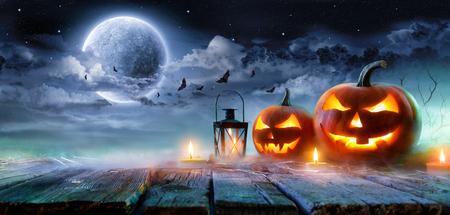 Jack O� � � Lanterns Glowing At Moonlight In The Spooky Night - Halloween Scene Фото со стока - 85803860