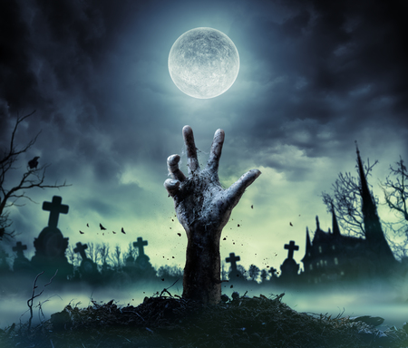 ゾンビの手が墓地から立ち上がります