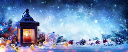 Lanterna In Snowy Con Filiali E Baubles Di Abete - Cartolina Di Natale