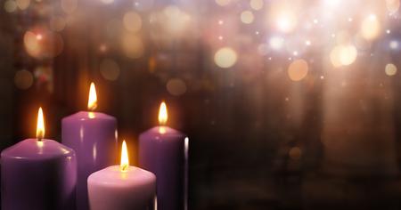 교회에서 출현하는 촛불 - 3 개의 보라색과 하나의 핑크 가톨릭 기호와 Bokeh 조명으로 스톡 콘텐츠