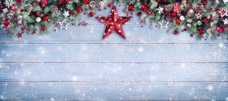 Bordo di Natale - rami di abete e ornamento sulla plancia di Snowy Archivio Fotografico - 88216561