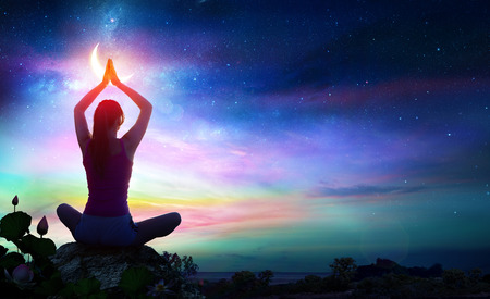 Femme faisant du yoga avec des fleurs de lotus et des couleurs dégradées de Chakra - Contemplation spirituelle