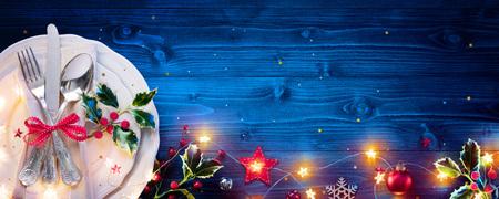 クリスマスディナーのためのブルータブ上のヴィンテージシルバーウェア 写真素材
