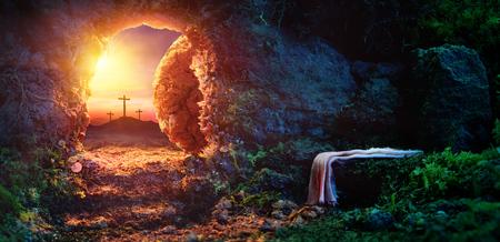 Kruisiging bij zonsopgang - Leeg graf met lijkwade - Opstanding van Jezus Christus Stockfoto