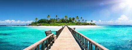Tropical Destination - Maldives - Pier For Paradise Island Standard-Bild