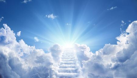 Schody prowadzące do niebiańskiego nieba w kierunku światła
