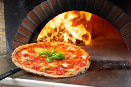 Hete Margherita-Pizza Die In Oven Wordt Gebakken