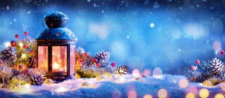 Kerstversiering - Lantaarn Met Ornament Op Sneeuw