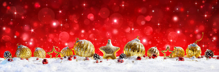 Red Christmas Banner - Golden Balls And Baubles On Snow Archivio Fotografico - 109270487