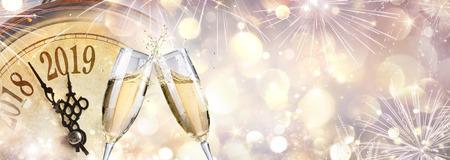 Nieuwjaar 2019 - Toast met champagne en klok
