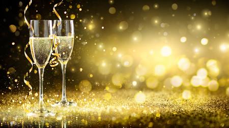 Champagne Flutes In Golden Sparkle Background - Happy New Year Archivio Fotografico - 112126492