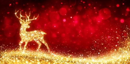 Weihnachtskarte - Goldener Zauberhirsch im glänzenden roten Hintergrund Standard-Bild