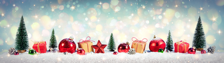 Christmas Vintage Background - Gifts And Tree On Snow With Shiny Background Archivio Fotografico - 112126514