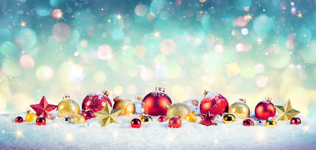 Christmas Vintage Background - Baubles On Snow With Shiny Background Archivio Fotografico - 112126617