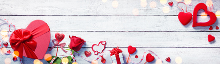 Valentines Day Decoration With Gift On White Wooden Plank Archivio Fotografico - 116640067