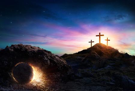 Resurrección - Tumba vacía con crucifixión al amanecer. Foto de archivo