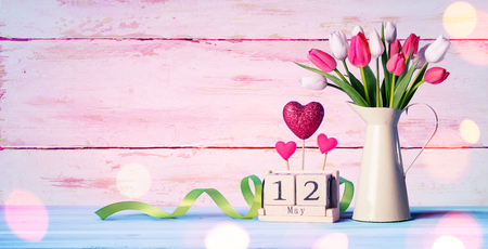 Mothers Day Greeting Card - Tulips And Calendar On Shabby Table Archivio Fotografico - 119763797