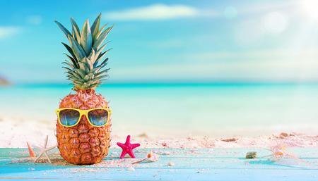 Pineapple With Sunglasses In The Beach Archivio Fotografico - 123144502