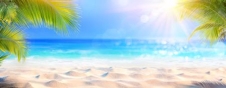 Słoneczna tropikalna plaża z liśćmi palmowymi i rajską wyspą