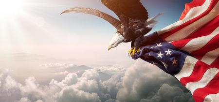 Águila con bandera americana vuela en libertad Foto de archivo