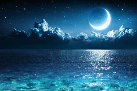 魔法の夜に海の上のロマンチックな月