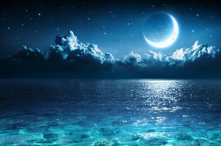 Lune romantique sur la mer dans la nuit magique