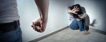 Huiselijk geweldconcept - man slaat zijn vrouw Stockfoto