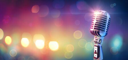 Microphone rétro sur scène avec lumière bokeh