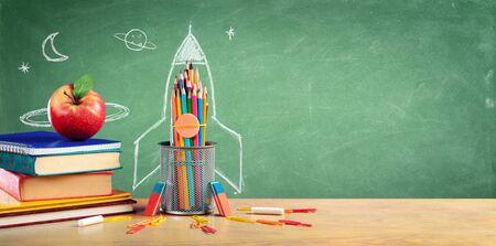 학교로 돌아가기 - 로켓 스케치가 있는 책과 연필 스톡 콘텐츠