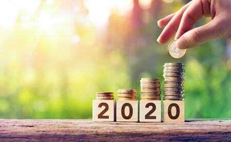 Wachstumsprognose-Konzept für 2020 - Münzen stapeln sich auf Holzklötzen