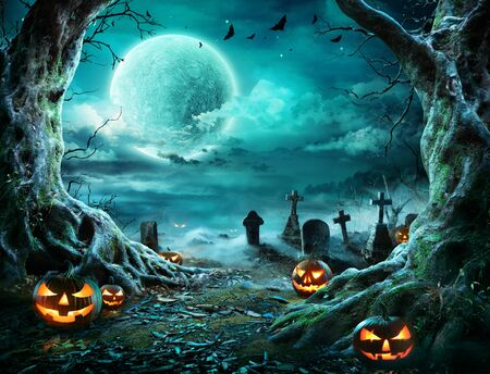 Jack O Lantern In Cemetery Spooky Night With Full Moon - Halloween Zdjęcie Seryjne