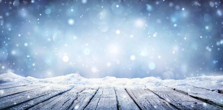 Mesa de invierno - Tablón cubierto de nieve con nevadas en el cielo frío