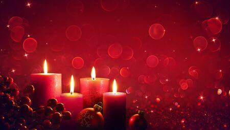 Vier rote Kerzen mit Weihnachtsschmuck in glänzendem Glitzer Standard-Bild