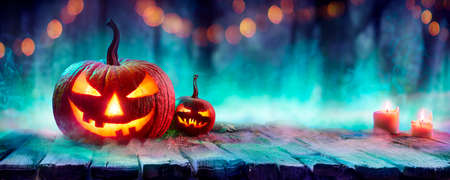 Jack O 'Lanterns In Spooky Forest With Fog And Candles - Halloween Background With Colors Trend Stok Fotoğraf