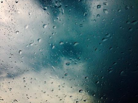 gotas de agua: Las gotas de lluvia parabrisas Foto de archivo