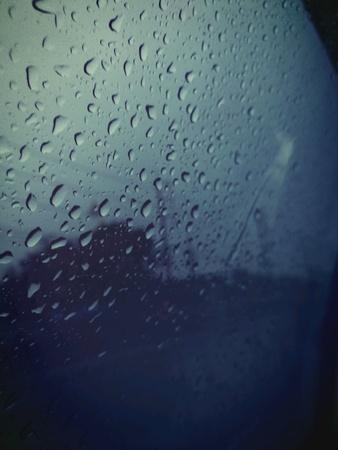 kropla deszczu: Raindrop na szkle