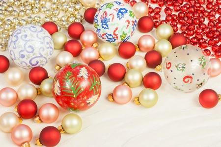 silk cloth: Natale ornamenti di diversi colori e dimensioni impostate in maniera casuale con perline colorate rosso e oro su un panno di seta Archivio Fotografico