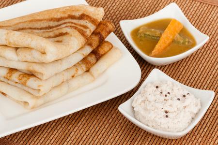 plato de comida: Indian Dosa con Chutney Sambar - Un desayuno indio del sur �tnica tradicional de pila Dosa Dosai servido con chutney de coco y sambar. Foto de archivo