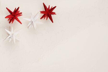 background elegant: Navidad ornamentos de la estrella de fondo - Un elegante fondo de Navidad con las estrellas rojas y blancas sobre un azulejo blanco fuera floral deste�ido. Foto de archivo
