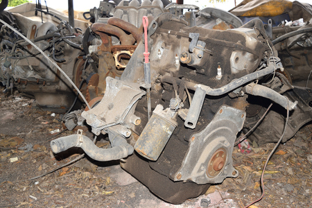 componentes: Old rusted engine ready for dismantling process
