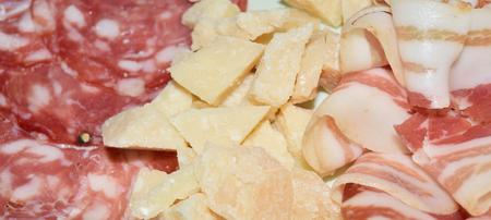 파마 햄과 로스트 포크의 얇은 조각으로 요리 한 고기