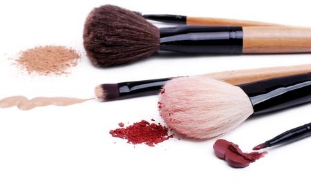 visagiste: Set of makeup professional brushes with sample cosmetics