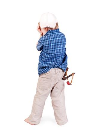 niño llorando: El llanto niño en la tapa con el tirachinas en el bolsillo más de fondo blanco