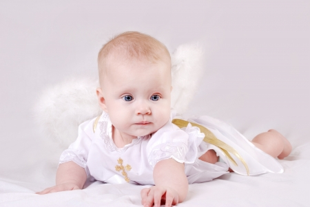 battesimo: Bella bambina piccola con ali d'angelo