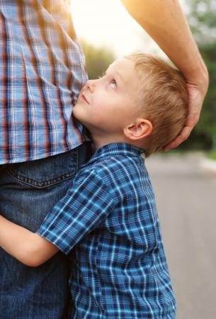uomo felice: Closeup immagine dell'offerta figlio piccolo che abbraccia suo padre Archivio Fotografico